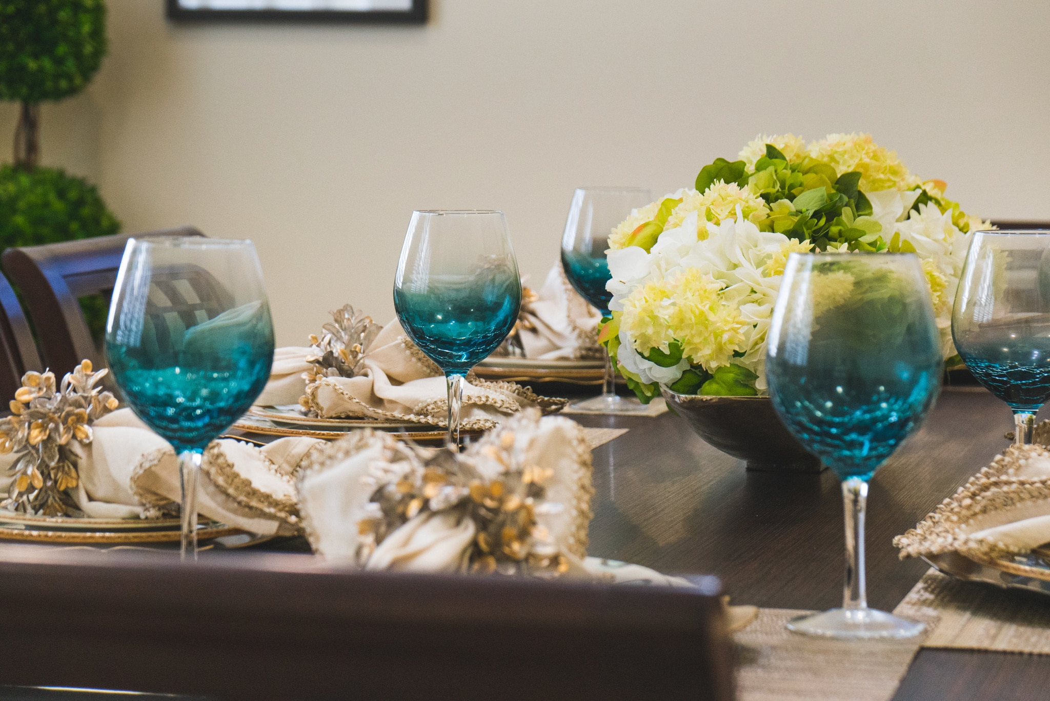 Angels Senior Living at Sarasota offers residents a private dining experience to reserve and enjoy with their friends and family, letting them entertain guests in comfort.