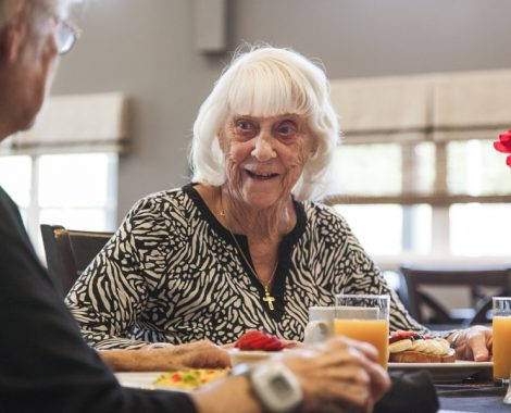 assisted living facility residents eating